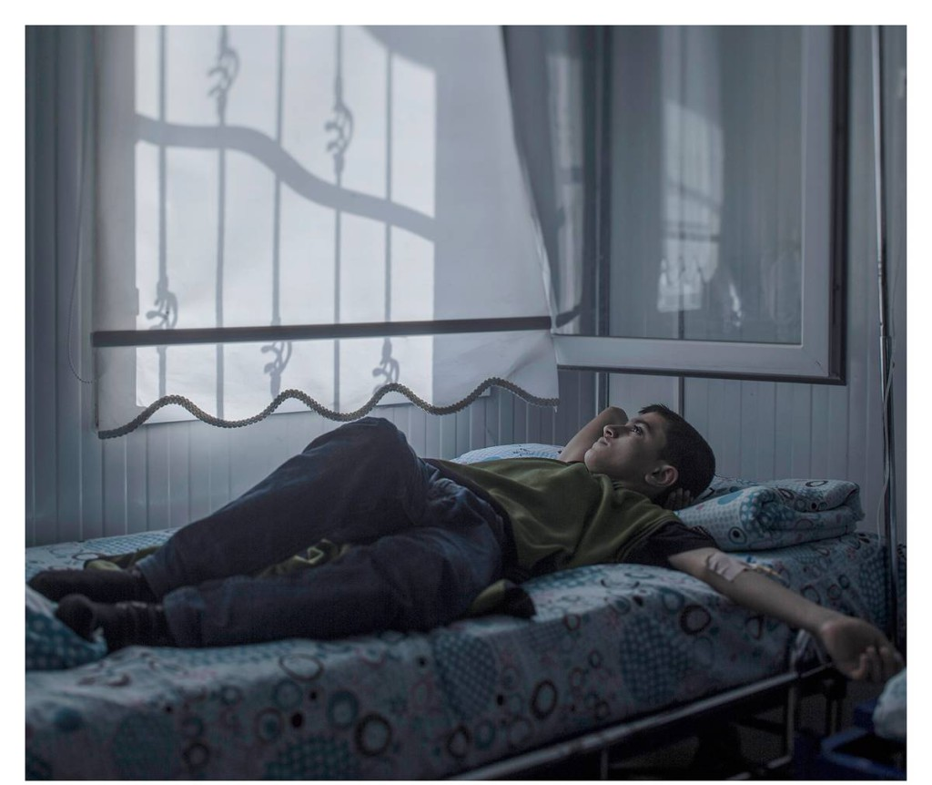"""NIZIP, TURKIET. Mohammed, 13, älskar hus. Nu är många av hans favoritbyggnader hemma i Aleppo söndersprängda. Själv vårdas han på ett sjukhus. """"Det konstigaste med krig är att man vänjer sig vid att vara rädd"""", säger han."""