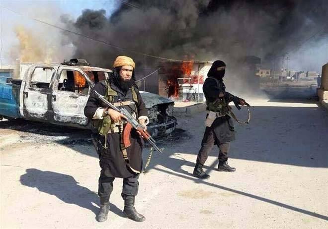 Det råder fullt inbördeskrig i delar av landet. IS slåss mot kurdiska styrkor och irakiska armén.