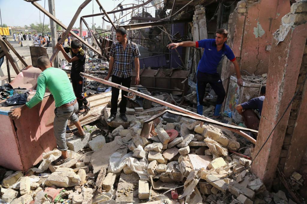 Självmordsattacker mot civila är vanliga. På bilden har en bilbomb just exploderat på en full marknad i staden Khan Bani Saad, som dödade minst 80 människor i juli 2015. Foto: Karim Kadim/AP