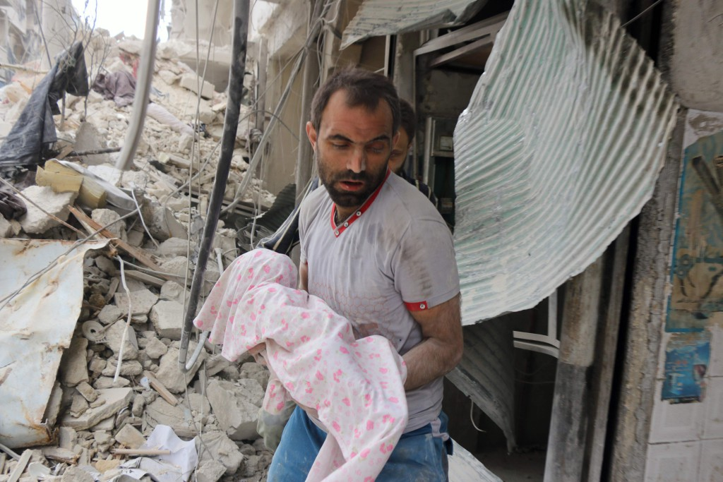 Dödar utan urskiljning. Ett dött spädbarn grävs fram ur rasmassorna efter syriska regimens och Rysslands bombningar av Aleppo, där 300000 civila är fast i en dödsfälla. På bara några dagar har runt 100 barn dödats. Foto: Thaer Mohammed